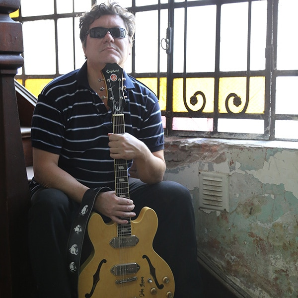 Marcelo Gulino with guitar