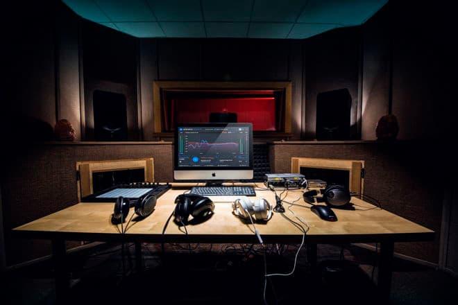 Sonarworks Reference 4 studio calibration software desk